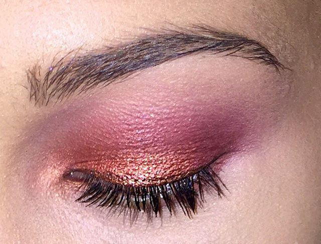 Eyeshadows used:  @maccosmetics Red Brick and @makeupforeverofficial M656 in the crease. @makeupforeverofficial M844 on the outer V. MUFE ME744 all over the lid with MAC Coopering on the center of the lid. @makeupgeekcosmetics Cosmopolitan in the tear dot of the eye. And MAC Red Brick on the lower lush line. Finished with mascara by @maybelline Lash Sensation.  #makeup #makeuplook #makeupoftheday #makeupartist #annakorn #beauty #blog #makeupblog #eyeshadows #mac #makeupforever #mug #mufe…