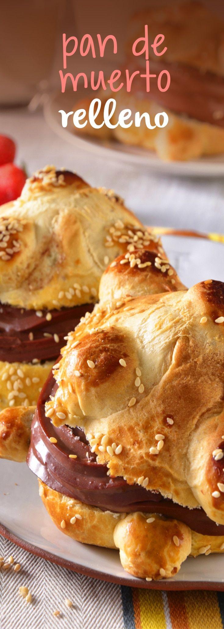 Prepara esta temporada un delicioso pan de muerto relleno de chocolate. Este delicioso postre es ideal para disfrutar en familia. No dejes de probarla, ¡te encantará! Mexican Sweet Breads, Mexican Food Recipes, Brioche Bread, Bread And Pastries, Deli, Bagel, Doughnut, Bread Recipes, Easy Meals