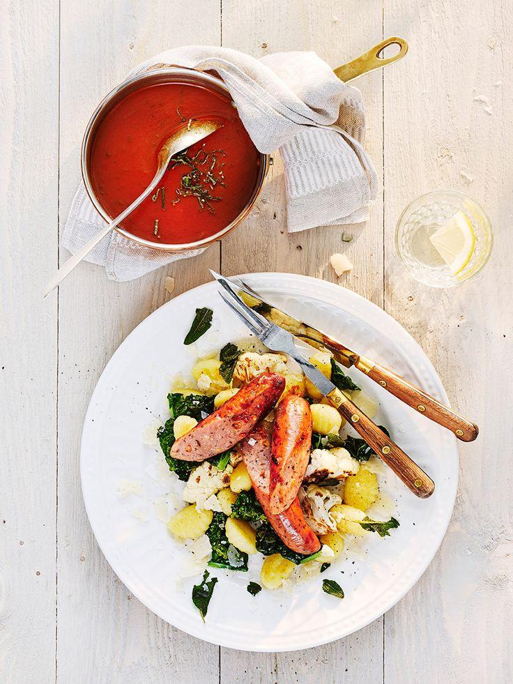 Kycklingkorv med gnocchi, blomkål och tomatsås.