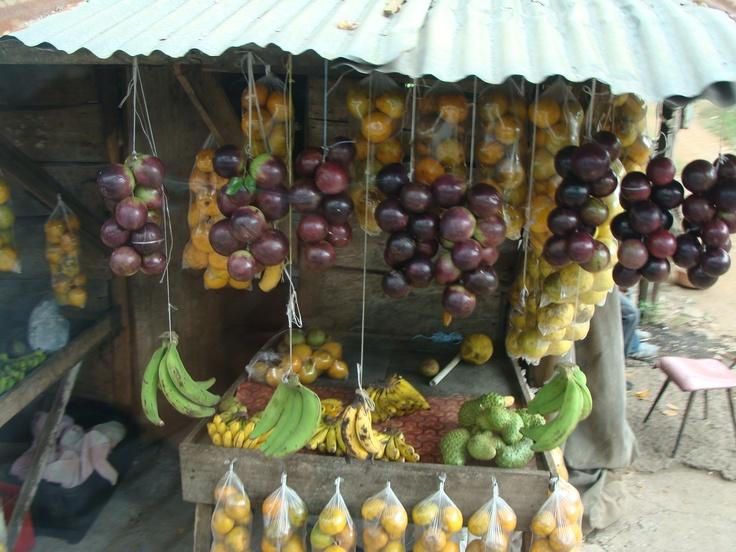 Sur le bord des routes, des fruits