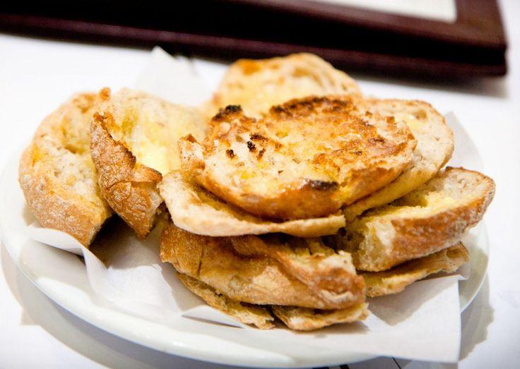 Pão torrado com manteiga, um clássico a acompanhar o marisco do Ramiro, em Lisboa. (frkaczik / Flickr)