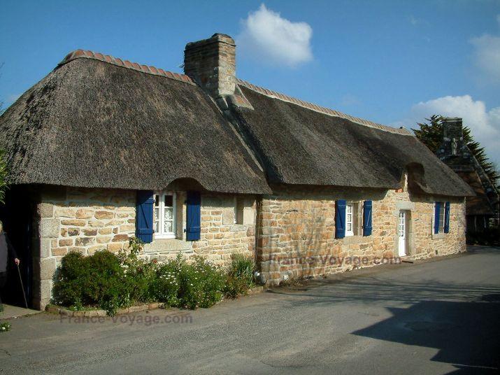 Rustici con il tetto di paglia : Casa in pietra con tetto di paglia con le persiane blu, per Kerascoët
