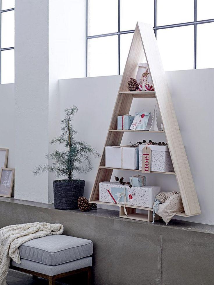 Skandinavischer Landhaustil von Bloominville: Ein Regal als Adventskalender und / oder Weihnachtsbaum-Ersatz (Foto bloomingville) http://landhaus-look.de/bloomingville-weihnachten-skandinavisch-cool/