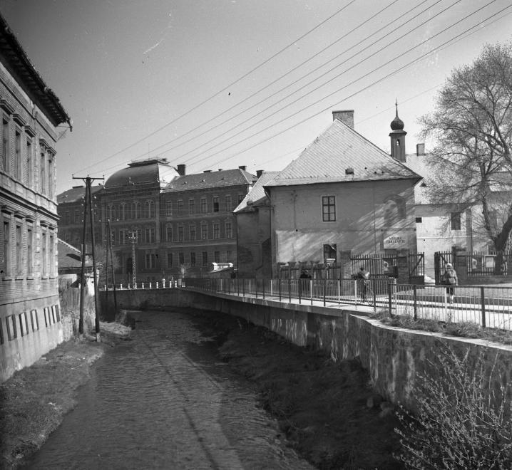 Szinva folyó az Erzsébet téri hídról nézve. Előtérben a Hermann Ottó Múzeum, szemben a Zrínyi Ilona leánygimnázium (egykor és ma Lévay József református gimnázium).
