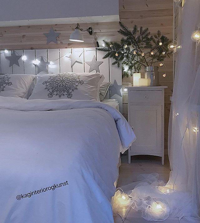 Et litt julepyntet soverom fra hytta 🌟🌟 Ønsker dere ei fin siste adventshelg ✨... og håndball 🏐🇳🇴 . #mycabin #diysengegavl #melkespann #retro #diy #dyi #gjenbruk #bedroom #bedroominspo #doityouself -------------------------------------------#christmas_interior#passion4interior#christmasdecor#julinspiration#interior125#interior4all#interior_delux#juleinspirasjon#juleglede#christmas4you1#interior4inspo#interior12follow#mynordicchristmas