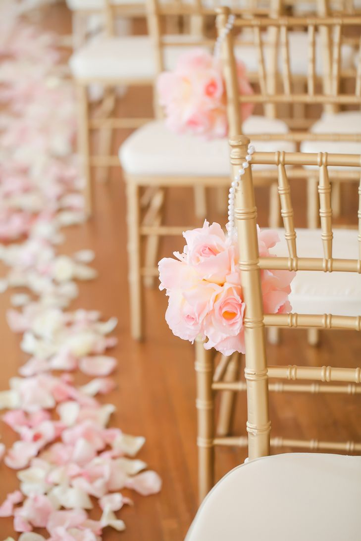 Blush Rose Pomanders Aisle Decor | Photo: Casey Hendrickson Photography |