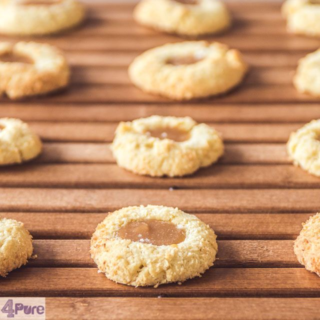 Coconut cookies with caramel -  English recipe - Crunchy coconut, creamy caramel. A delicious cookie. A recipe you should really bake yourself.