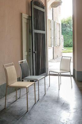 Glen egy minimál stílusú, puha tapintású bőrszövet szék, porszórt fém lábbal.