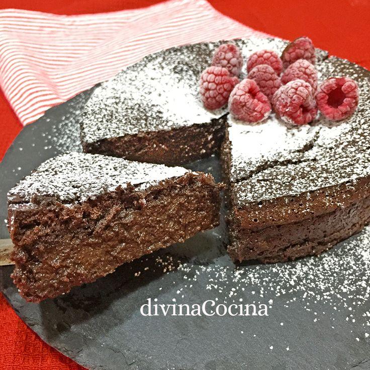Estos pastelillos de chocolate se preparan en un momento, con una masa parecida a la del brownie o el coulant, sin levadura, con un intenso sabor a chocolate. El interior queda jugoso y cremoso.