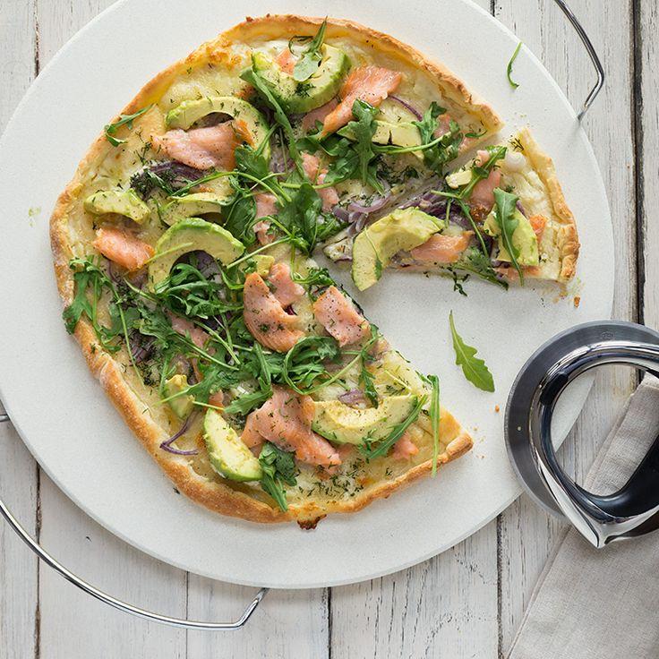 Pizza mit Räucherlachs und Avocado
