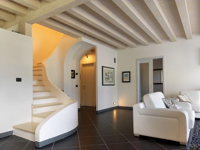 zona giorno con solaio con travi in legno a vista sbianchiate,, soggiorno e scala d'accesso al primo piano #lovligianna