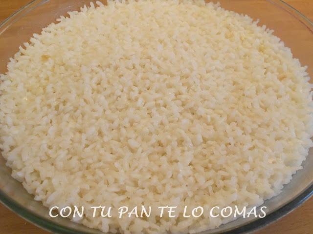 CÓMO HACER ARROZ EN EL MICROONDASIngredientes: - 4 tacitas de arroz - 1 diente de ajo (más si queréis o sin ajo) - 2 cucharadas de aceite de oliva - 9 tacitas de agua - sal