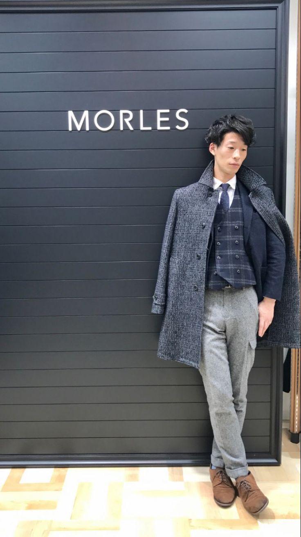 この冬人気の高いウール起毛素材のステンカラーコートです。 クラシカルなイメージのリングネップ糸による、豊かな表情が特徴のグレーコートです。 ビジネスではもちろん、普段の私服にもコーディネートできるアイテムとなっています。  【モデルサイズ181㎝】 【コート 27,300円+TAX MOCO6102-35】 【着用サイズ L 】  【パンツ 9,100円+TAX MOPT6105-51】 【...