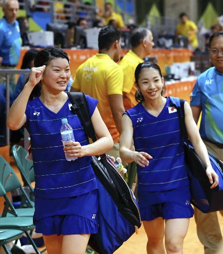 女子ダブルスで決勝進出を決め、笑顔を見せる高橋礼華(左)と松友美佐紀組(16日、ブラジル・リオデジャネイロで)=関口寛人撮影