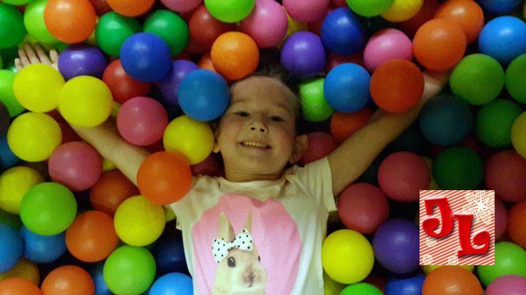 Бассейн с шариками видео с детьми играем, прыгаем весело || Pool with ba...