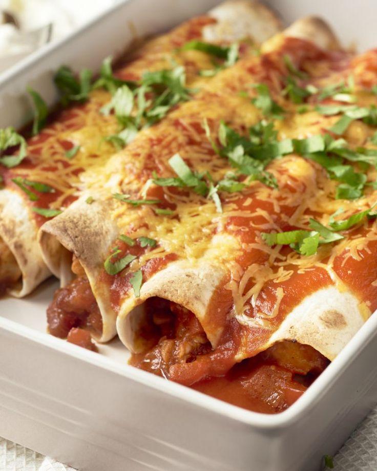 Enchiladas is een traditioneel gerecht uit Mexico, met opgerolde tortilla's. Die worden gevuld met paprika, tomatenpassata en kip en gaan dan in de oven.