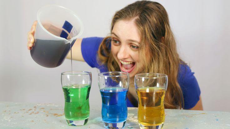 Usando apenas ingredientes comprados em um supermercado, é possível fazer um líquido roxo se transformar em verde, azul, amarelo ou rosa. O