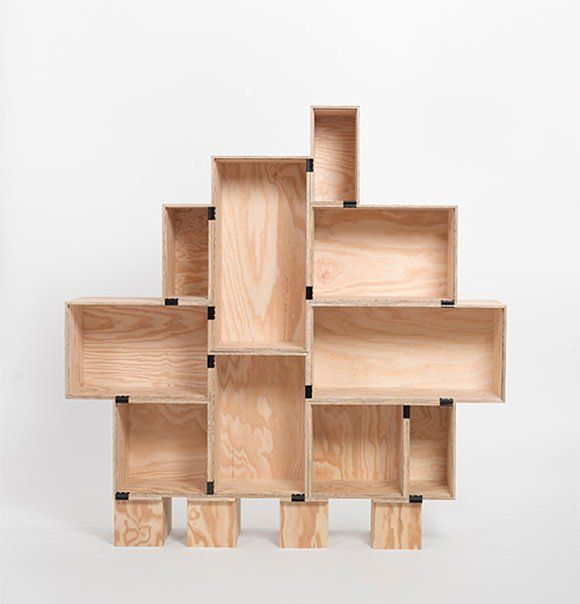 Une étagère en caisses en bois
