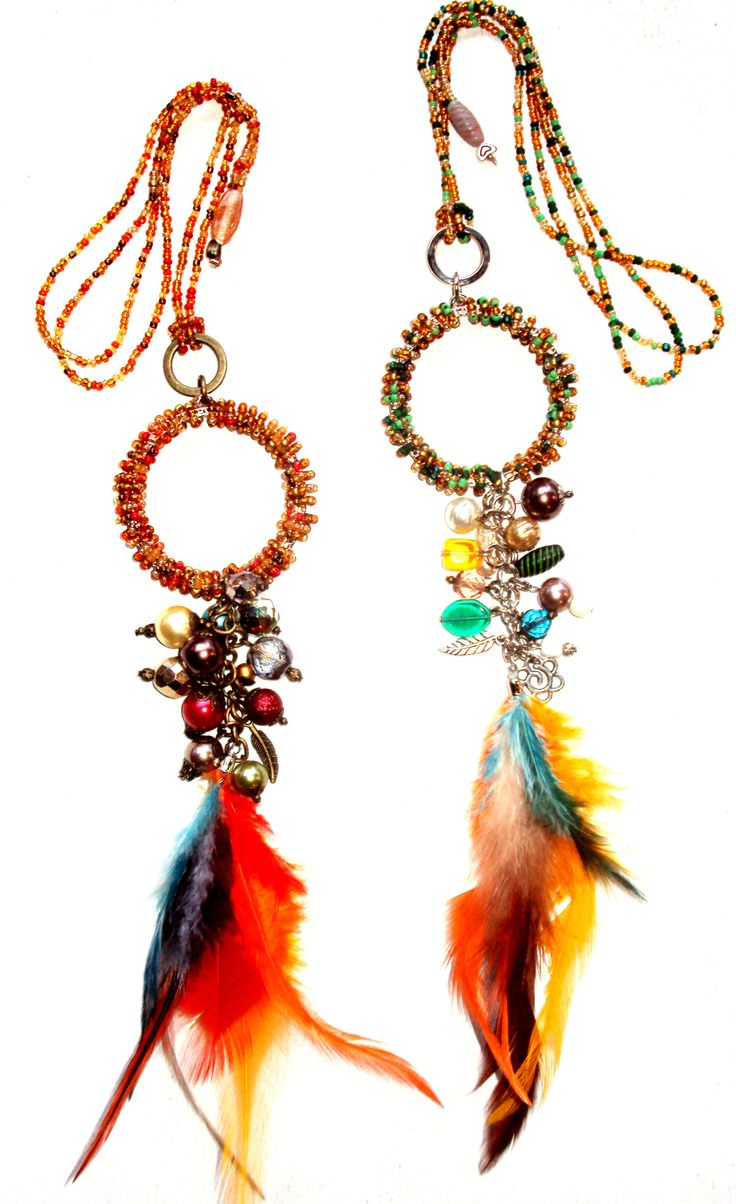 Collar Folk Chic: Mix de mostacillas tchecas, cristales, perlas, vidrios indianos, dijes variados y mix de plumas coloridas.