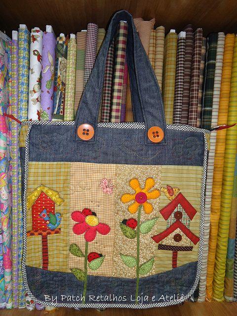 Bolsa flores e casinhas by Patch Retalhos, via Flickr
