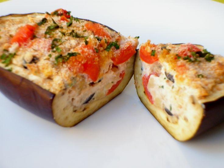 Ricetta delle melanzane ripiene con ricotta e tonno. Secondo piatto leggero e gustoso a base di melanzane ripiene con ricotta,tonno, olive nere e pomodorini