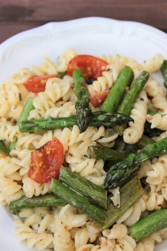Ein schnelles,leichtes,vegetarisches Spargelgericht mit gebratenem grünem Spargel in Frischkäsesauce.