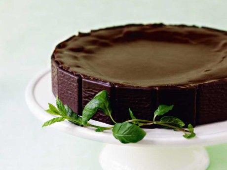 Chokladtårtan blir godare för varje dag den står i kylen. Köp pepparmintsolja från Apoteket, den smakar allra bäst.