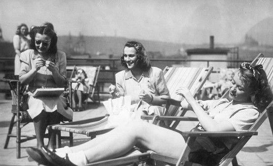 Hana Vítová, Adina Mandlová a Nataša Gollová ve filmu Šťastnou cestu (1943)