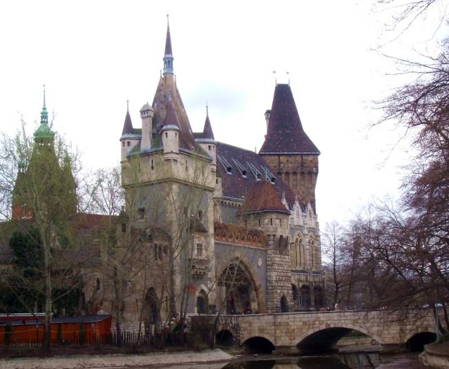 Vajdahunyad vára  http://www.apartmentsatbudapest.hu/budapest-nevezetessegei/budapest-nevezetessegei-latnivalok
