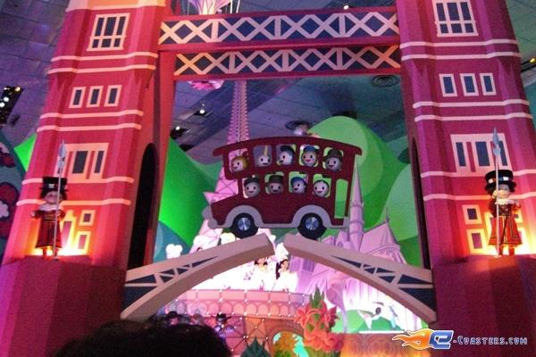 2/13 | Photo de l'attraction It's a Small World située à @Disneyland Paris (France). Plus d'information sur notre site www.e-coasters.com !! Tous les meilleurs Parcs d'Attractions sur un seul site web !!