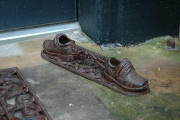 Sárlehúzó két öntöttvas cipő mintával, antik barna színben.