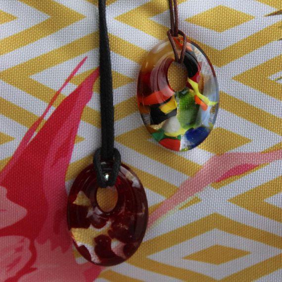 Pendentif verre fusionné multicolore rouge grenat moderne