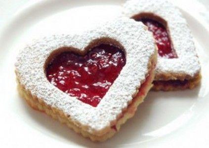Il dolce non può mai mancare, ed essendo una festa molto dolce, i biscotti di San Valentino non potevano assolutamente mancare. Ecco come prepararli. Ingre