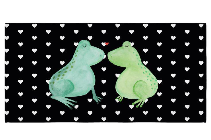50 x 100 Handtuch Frosch Liebe aus Kunstfaser  Natur - Das Original von Mr. & Mrs. Panda.  Dieses wunderschöne Handtuch von Mr. & Mrs. Panda hat die Größe 50 x 100 cm und ist perfekt für dein Badezimmer oder als Badehandtuch einsetzbar.    Über unser Motiv Frosch Liebe  Das Gefühl verliebt zu sein und seinen Verbündeten gefunden zu haben ist unbezahlbar.  Die verliebten Frösche überbringen für dich eine ganz süße Botschaft...    Verwendete Materialien  Die verwendete sehr hochwertige…