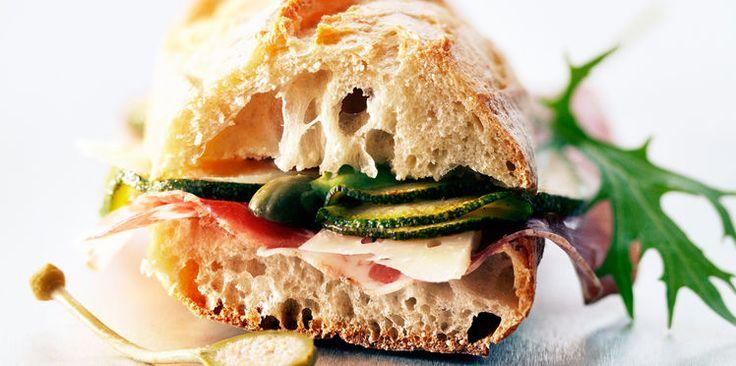 Sandwich de baguette au jambon cru et aux courgettes