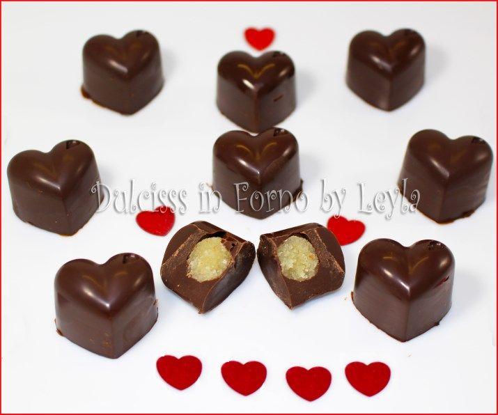 Ricetta per creare i cioccolatini a cuore fatti in casa farciti con marzapane oppure ganache al cioccolato al latte o bianco. Molto professionali e carini.
