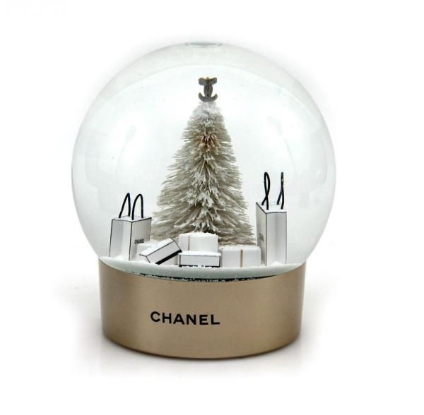 CHANEL - Ravissante boule à neige en verre représentant un sapin blanc