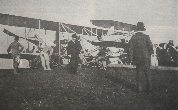 I voli di Wilbur Wright a Roma (1) L'aviatore Wright arrivava a Roma il 1° aprile [1909]. A Centocelle egli rinnovava i suoi trionfi alati di Mans e di Pau, dimostrando luminosamente che per lui il volare costituiva parte integrante della sua vita. Egli volava quando voleva e come voleva! Nell'immagine: la folla esamina il velivolo di Wilbur Wirght Fonte: Pionieri dell'aviazione in Italia 1908-1914, M. Cobianchi e F. Longhi, Vaccari, 2009