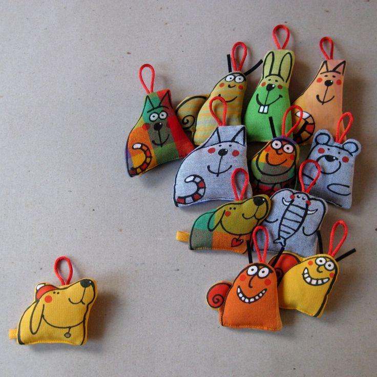 Hračky-klíčenky ... PESTRÉ Hračky do kapsy vhodné jako přívěsek ke klíčům nebo na tašku... Tvarované drobnůstky s kresbou z volné ruky. Materiál kanafas, bavlněné plátno, duté vlákno, tkaničky. Velikost cca 7x7 cm. Prát lze při teplotě 40°C. Cena je za jeden kousek. Vybírejte dle doplňkové fotografie - např. první řada, druhá zleva ...