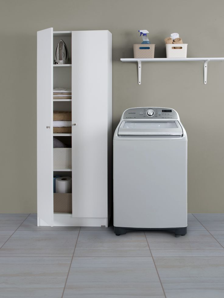 Si sabes organizarlo, el espacio de las lavanderías pequeñas ya no es un problema. Te recomendamos colocar repisas, estantes y esta lavadora Daewoo.