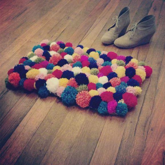 Tutoriel : mini tapis multicolore en pompons de laine. (Source en anglais)