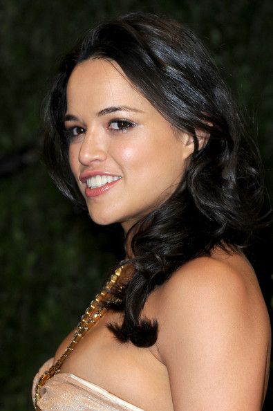 Michelle Rodriguez Long Wavy Cut - Michelle Rodriguez sported big bouncy waves when she attended the 2013 Vanity Fair Oscar party.