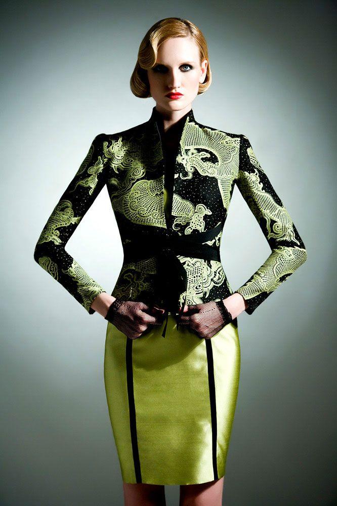 Tailleur con giacca a fantasia e gonna verde. www.cinziaferri.com