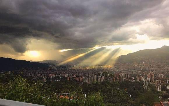 Imágenes del atardecer en Medellín el 27 de marzo compartidas en redes sociales. FOTO @ElianaGomez