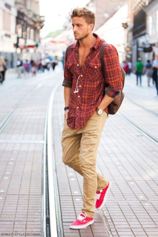 él está lleva una camisa roja y pantalones marrones y  roja zapatos.