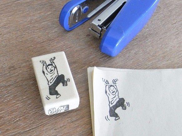 ホチキス用のはんこです。手や胴、足など好きな所をホールドして楽しんで下さい。会社や学校の書類、ちょっとしたプレゼントの封などに。ご注文を受けてから一つ一つ彫刻刀にて制作させていただきます。印刷面サイズ:約2.8×1.6㎝印刷面…ゴム板※ご指定が無い限り青・緑のランダムです※今まで使用していた梨地ゴム板が廃盤の為ビニールゴム板に切り替えます取手…朴の木、コルク、仕上げにニス印刷面は固めです。紙質や押す力の加減等により印刷にムラができる可能性がございますが、それも味としてお楽しみ下さい。その分丈夫ですので長くお使いいただけます。※ご注文を受けてから彫刻刀にて制作する為、画像とは若干の違いが出る事ご了承下さい。※その他の配送方法をご希望の場合ご連絡下さい。※当店のはんこは二次的商用利用やロゴとしての使用はお断りさせていただいております。