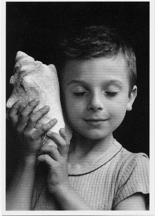 """Photo de Rémi, le petit fils d'Edouard Boubat, 1995.    """"Infatiguable piéton à travers parcs et routes de France où il a su saisir la candeur des enfants et la beauté des femmes, globe-trotter qui a révélé l'histoire des peuples en mouvement, Edouard Boubat est un photographe poète."""""""