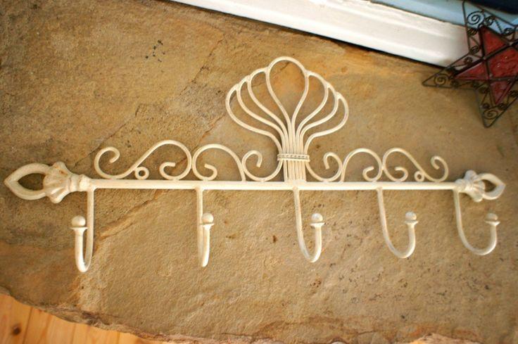 Een mooi en aantrekkelijk en individueel vormgegeven wandkapstok in de Spaanse stijl voor uw hal .  Aantrekkelijk...