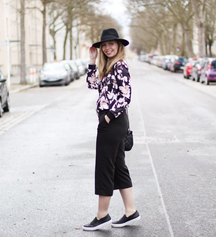 Bomberjacke Blumenprint, schwarze Culottes, Slippers, Hut, Outfit - Fashionblog romistyle
