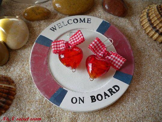 Χειροποίητα σκουλαρίκια με χάντρες σε σχήμα καρδιάς και υφασμάτινο φιόγκο